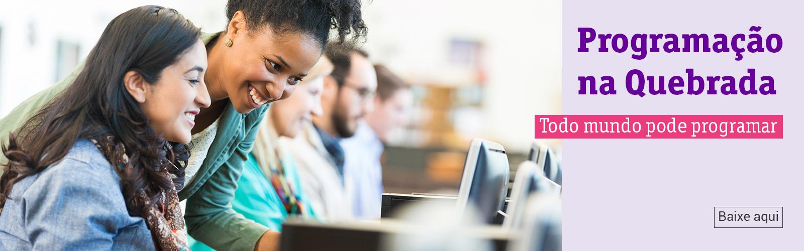 A imagem mostra duas mulheres em destaque olhando para a tela de um computador.