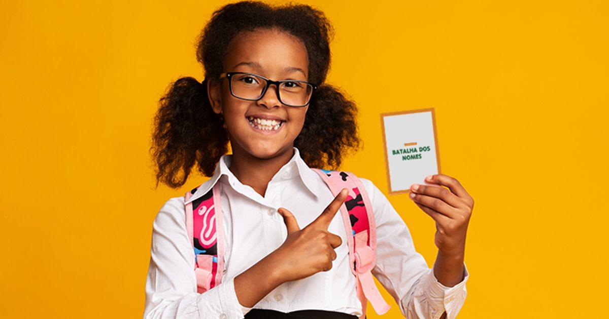 imagem de uma menina segurando um card com o nome do jogo batalha dos nomes