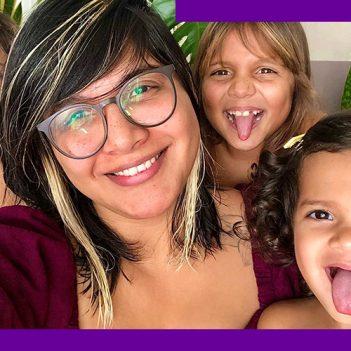 Foto da professora Raquel Petersen com as filhas