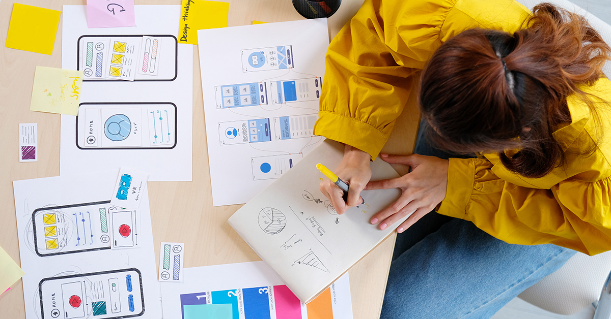 Estudante desenha gráficos de para projetos digitais
