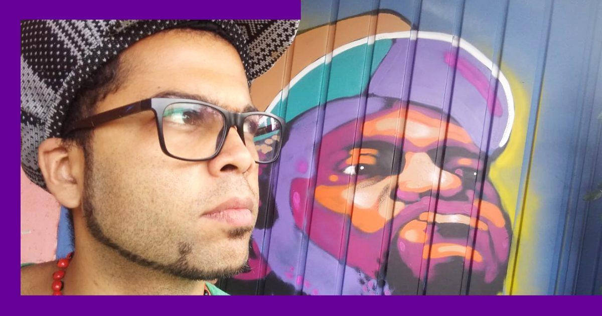 A imagem mostra o rosto sério de Diego Elias, coordenador do CIEJA Campo Limpo, em frente a um grafite