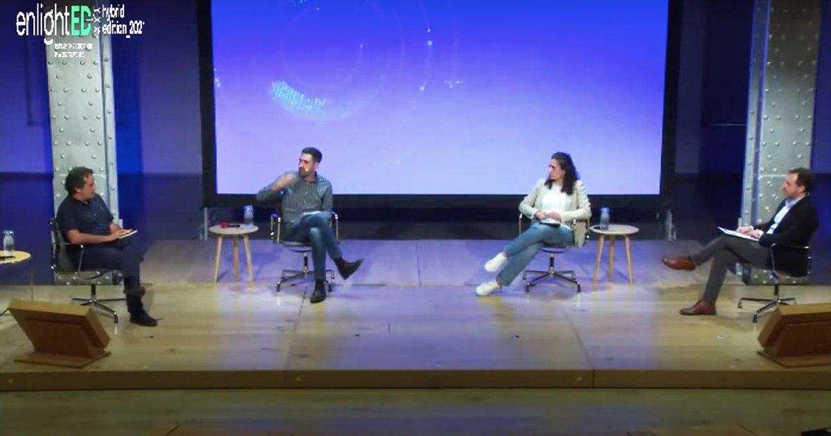 Imagem do evento enlightED com participantes no palco