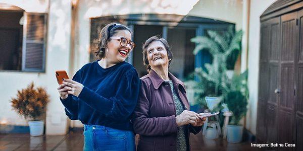 Imagem da Bárbara Corrêa com sua avó Grete com celular e caderno