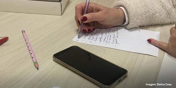 Imagem das mãos da Bárbara desenhando o plano de aula