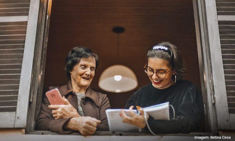 Iniciativas voluntárias estimulam idosos a usarem a tecnologia com autonomia e segurança