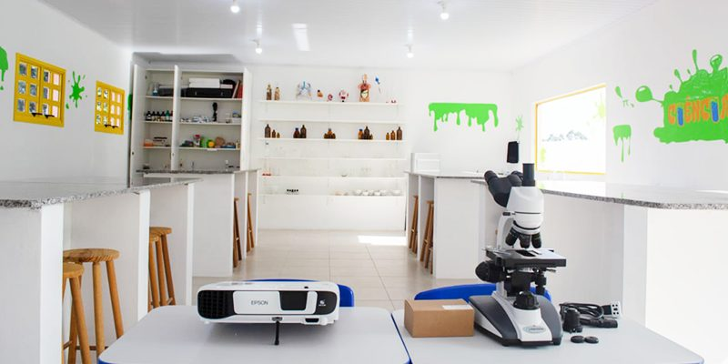 Imagem do laboratório escolar vazio