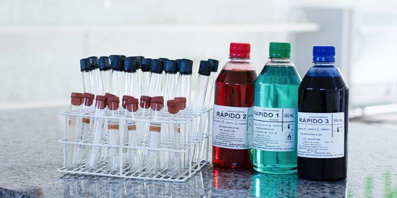 Imagem de produtos químicos do laboratório escolar