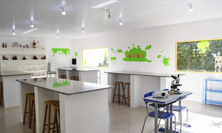 Comunidade escolar constrói laboratório de ciências com a venda de tampinhas plásticas