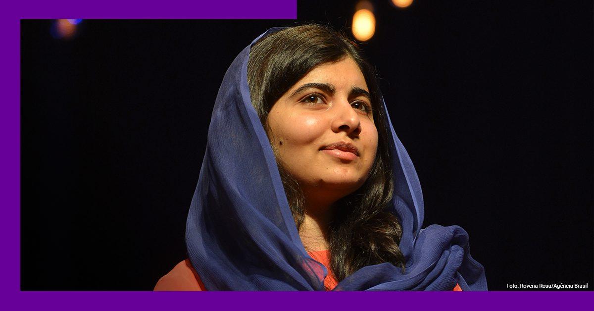 Imagem da Malala Yousafzai de véu durante uma apresentação'