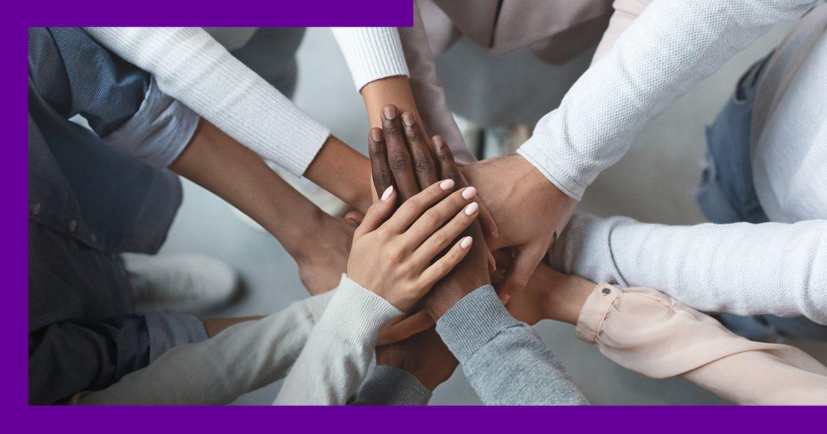 Imagem das mãos apoiadas juntas de mulheres