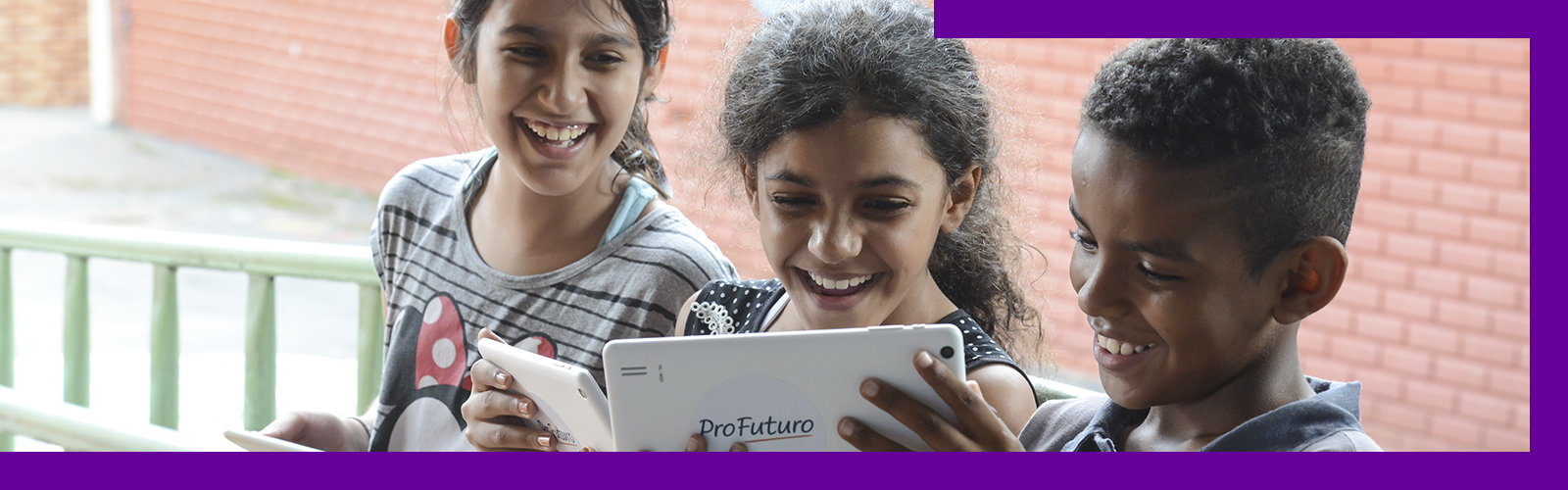 crianças na escola usando o tablet do programa ProFuturo