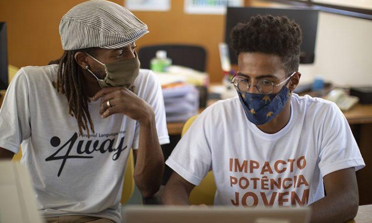 Jovens popularizam o ensino do inglês para estudantes das periferias