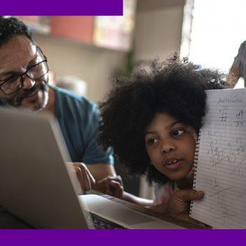 imagem mostra um pai e uma filha na sala de casa, mostrando o modelo ensino híbrido que mescla momento on-line e presencial